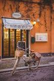 велосипед стоя перед магазином помадок на улице Рима Стоковые Фотографии RF