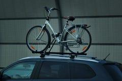 Велосипед транспорта велосипеда на крыше автомобиля стоковые фотографии rf