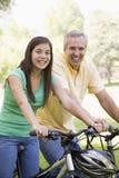 велосипед человек девушки outdoors сь Стоковые Изображения