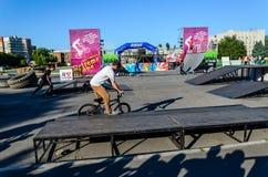 Велосипед bmx катания подростка стоковые фото