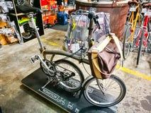 Велосипед Brompton великобританский изготовитель складывая велосипедов в серебряном цвете, дисплее на магазине розничной торговли стоковое изображение rf