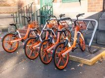 Велосипед Mobike ` велосипеда колес апельсина деля ` dockless пользы системы smartphone app открыть велосипеды, поручая почасовую стоковая фотография rf