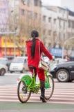 Велосипед ona китайской женщины арендный на скрещивании зебры, Yiwu, Китае Стоковое Фото