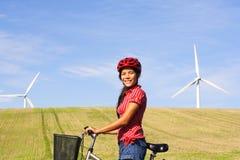 велосипед зеленый цвет девушки окружающей среды энергии Стоковые Изображения