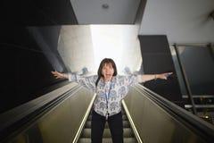 вена Австралии Турист девушки на шагах эскалатора Стоковое Изображение