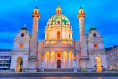 Вена, Австрия: Взгляд Karlskirche, церковь ночи St Charles на Karlsplatz стоковое фото