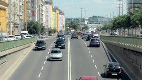 Вена, Австрия - МАЙ 2018: двигая автомобили в городе в солнечном дне, взгляде от моста акции видеоматериалы