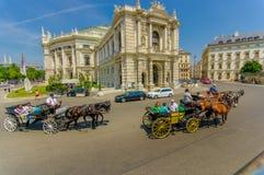 Вена, Австрия - 11-ое августа 2015: Здание Burgtheater как увидено от улицы, изумительных деталей архитектуры, оформления статуй Стоковое Изображение RF