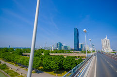 Вена, Австрия - 11-ое августа 2015: Здание highrise строба техника как увидено от расстояния на красивый солнечный день Стоковые Изображения RF