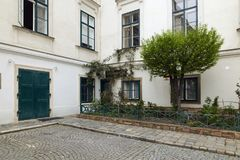 Вена, Австрия - 15-ое апреля 2018: патио дома мульти-квартиры Стоковые Фотографии RF