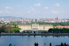ВЕНА, АВСТРИЯ - 30-ое апреля 2017: Классический взгляд известного дворца Schonbrunn с большим садом партера с людьми стоковое изображение