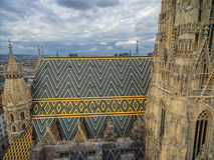 ВЕНА, АВСТРИЯ - 10-ОЕ ОКТЯБРЯ 2016: Башня и крыша собора ` s St Stephen, вены, Австрии Стоковое Изображение