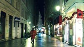 ВЕНА, АВСТРИЯ - рождество 24-ое декабря украсило пешеходную улицу в вечере Touristic место с магазинами и Стоковая Фотография