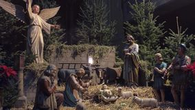 ВЕНА, АВСТРИЯ - сцена рождества 24-ое декабря в рождестве украсила собор ` s St Stephen съемка 4k видеоматериал