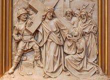 Вена - Вероника обтирает сторону Иисуса Сброс как одна часть перекрестного цикла пути в церков Sacre Coeur Стоковые Изображения