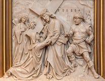 Вена - встреча Иисуса его сброс матери как одна часть перекрестного цикла пути в церков Sacre Coeur r Haas от конца 19 цент Стоковая Фотография RF