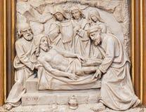 Вена - захоронение сброса Иисуса как одна часть перекрестного цикла пути в церков Sacre Coeur Стоковые Изображения