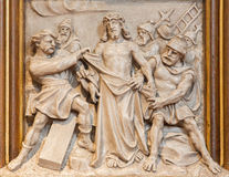 Вена - Иисус обнажанный его сброса одежд как одна часть перекрестного цикла пути в церков Sacre Coeur Стоковая Фотография RF