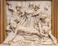 Вена - Иисус пригвозжен к перекрестному сбросу как одна часть перекрестного цикла пути в церков Sacre Coeur Стоковое Изображение