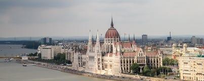 Венгерский парламент, загоренный по солнцу, в городе Будапешта на Дунае стоковые фотографии rf