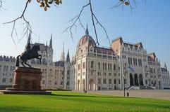 Венгерский парламент окружен парком осени Стоковые Фотографии RF