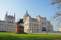 Венгерский парламент окружен парком осени Стоковая Фотография