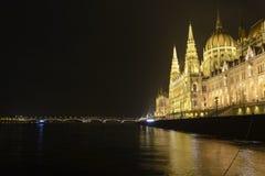 Венгерский парламент вдоль Дуная в Будапеште стоковая фотография