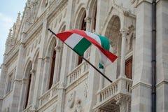 Венгерский флаг на стене венгерского парламента Стоковое Фото