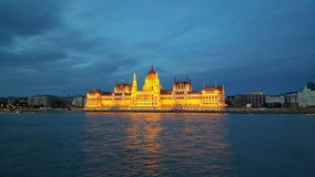 Венгерское здание парламента в вечере стоковые изображения
