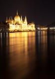 Венгерское здание парламента как увидено от Margit спрятало на ноче Стоковое фото RF