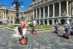 Венгрия, Будапешт, 29-ое августа 2015 Королевский дворец Туристы путешествуют hoverboard стоковое изображение rf
