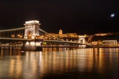 Венгрия, Будапешт, цепной мост и замок Buda - изображение ночи Стоковая Фотография