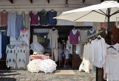 ВЕНГРИЯ, SZENTENDRE: магазин улицы handmade одежд стоковое изображение rf