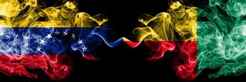 Венесуэла против Бенина, бенинские закоптелые мистические флаги установила сторону - - сторона Толстые покрашенные шелковистые фл иллюстрация штока