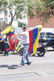 Венесуэльский уличный торговец продавая флаги Стоковые Изображения RF