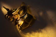 Венецианские маски на старой стене Стоковое Изображение