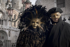 Венецианские пары в черном и золотистом костюме Стоковые Изображения RF