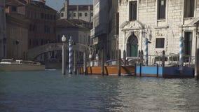 Венецианские поляки и шлюпки на Palazzo Balbi в Венеции