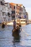 Венецианские gondoliers в гондолах с туристами на грандиозном канале, Венеции, Италии Стоковое фото RF
