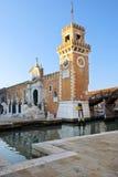 Венецианский арсенал, большие винные бутылки Porta, Венеция, Италия стоковое фото