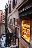 Венецианский магазин Pasticceria на ноче Стоковая Фотография RF