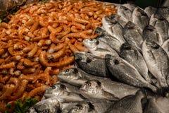 Венецианский рыбный базар - dorados, королевские креветки Рыбный базар Rialto расположен наряду с грандиозным каналом около моста Стоковые Фотографии RF