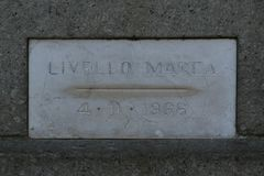 Венеция, аркада Сан Marco, индикатор 1966 прилива стоковые фото