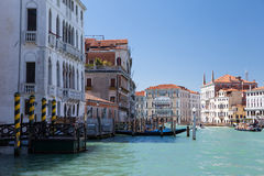 Венеция, грандиозный канал, езда гондолы, прогулка вдоль каналов, мраморных fasades palases Стоковые Изображения RF