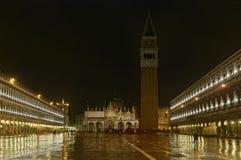 Венеция, Италия - аркада Сан Marco и колокольня к ноча стоковое изображение