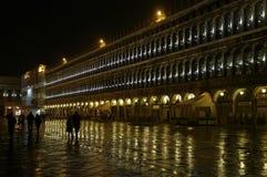 Венеция, Италия - аркада Сан Marco к ноча стоковые изображения