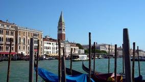 Венеция, Италия - 16 08 2018: Гондолы и шины в канал ` s Венеции, Италии грандиозный видеоматериал