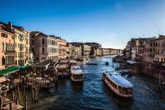 ВЕНЕЦИЯ, ИТАЛИЯ - 19-ОЕ АВГУСТА 2016: Взгляд на городском пейзаже грандиозного канала 19-ого августа 2016 в Венеции, Италии Стоковая Фотография RF