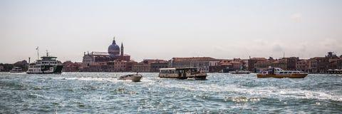 ВЕНЕЦИЯ, ИТАЛИЯ - 19-ОЕ АВГУСТА 2016: Панорамный взгляд на городском пейзаже грандиозного канала 19-ого августа 2016 в Венеции, И Стоковое Фото