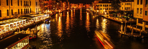 ВЕНЕЦИЯ, ИТАЛИЯ - 19-ОЕ АВГУСТА 2016: Панорамный взгляд на городском пейзаже грандиозного канала 19-ого августа 2016 в Венеции, И Стоковые Фотографии RF